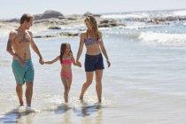 Мать и отец, ходить на пляж с дочерью. — стоковое фото