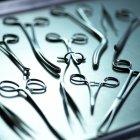 Vista de cerca de las pinzas quirúrgicas en bandeja metálica . - foto de stock