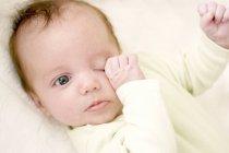 Müdes Mädchen reibt sich die Augen. — Stockfoto