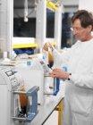 Chercheur préparant des sacs de sang donné pour la séparation des composants . — Photo de stock