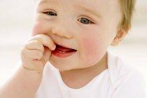 Ritratto di bambino che mastica pollice . — Foto stock