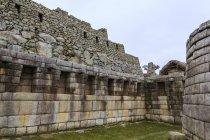 Vista das ruínas antigas de Machu Picchu durante o dia, Peru . — Fotografia de Stock
