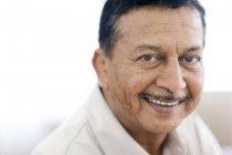Porträt eines lächelnden reifen Mannes. — Stockfoto