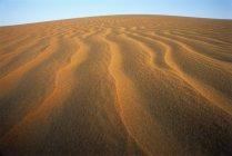 Рябь в песчаных дюн пустыни в Объединенных Арабских Эмиратах. — стоковое фото