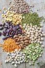 Fagioli secchi, piselli e lenticchie sulla tavola di legno — Foto stock