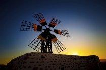 Moinho de vento no pôr do sol, Ilhas Canárias, Espanha — Fotografia de Stock