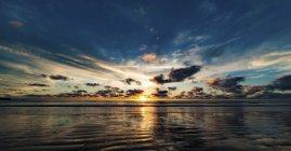 Vista panoramica del tramonto sopra vista sul mare. — Foto stock