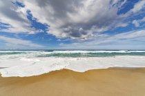 Vue panoramique de surf au bord de l'eau — Photo de stock