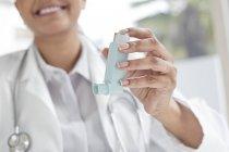 Ärztin mit Inhalator, close-up — Stockfoto