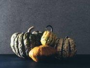 Mucchio delle zucche sulla tabella — Foto stock