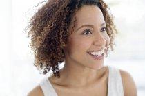 Femme heureuse souriant et détournant les yeux — Photo de stock