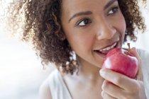 Bella donna mangiare mela — Foto stock