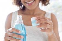 Женщина с жидкостью для полоскания рта — стоковое фото