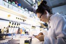 Женщина-ученый, работающая в лаборатории . — стоковое фото