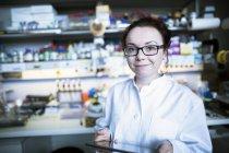 Женщина-ученый, работающая в лаборатории с цифровым планшетом . — стоковое фото