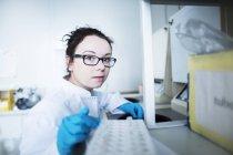 Женщина-ученый, работающая в лаборатории. — стоковое фото