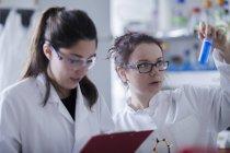 Femmes scientifiques travaillant en laboratoire — Photo de stock