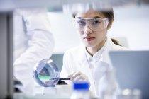 Assistante de laboratoire féminine utilisant une mini centrifugeuse . — Photo de stock