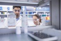 Assistants de laboratoire travaillant en laboratoire . — Photo de stock