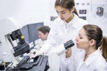 Femmes scientifiques travaillant en laboratoire . — Photo de stock