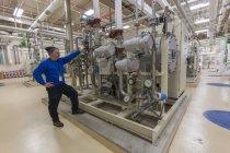 Wasser-Abteilung Ingenieur in chemische Behandlungszimmer steht — Stockfoto