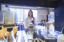 Weiblichen Chemiker Vorbereitung absolvierte Zylinder für standard-Lösung — Stockfoto
