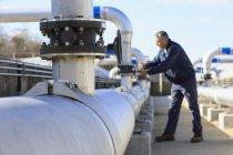 Инженер регулирует клапан управления потоком воды . — стоковое фото