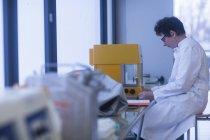 Chemikerin mit Geräten im pharmazeutischen Labor. — Stockfoto