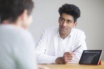 Обговорюючи рентгенівського цифровий планшетний ПК з пацієнтом лікар — стокове фото