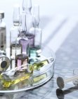 Variedad de fármacos potenciales en placas de Petri en el autoradiograma de ADN . - foto de stock