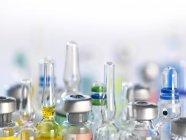 Variedad de medicamentos potenciales en viales farmacéuticos . - foto de stock