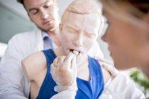 Médecins pratiquant la manœuvre de Heimlich sur mannequin de formation . — Photo de stock