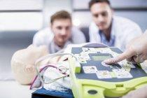 Ärzte, die Durchführung automatisierter externer Defibrillator-Schulung — Stockfoto