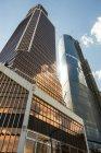 MOSCA, RUSSIA - CIRCA AGOSTO 2015: Vista a basso angolo della Torre di Mercurio e dei grattacieli . — Foto stock