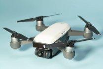 Quadcopter-Multirotor-Hubschrauber-Drohne auf schlichtem Hintergrund. — Stockfoto