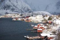 Casas tradicionales en el pueblo pesquero de Noruega . - foto de stock