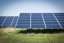 Filas de paneles solares en la granja solar en el norte de Gales, Reino Unido. - foto de stock