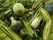 Varietà di verdure verdi fresche, vista dall'alto — Foto stock