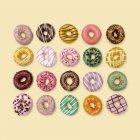 Вид зверху барвисті пончиків на фоні, студія постріл. — стокове фото