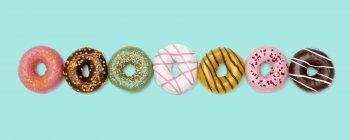 Coloridos Donuts en una fila, estudio tiro - foto de stock