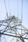 Vue d'angle bas de lignes de pylône et la puissance de l'électricité au pays de Galles, Royaume-Uni. — Photo de stock