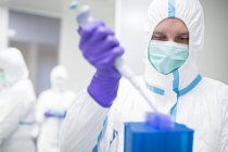 Technician working with cell samples in bioengineering laboratory. — Stock Photo