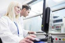 Вчені за допомогою 3d біологічних принтера в лабораторії. — стокове фото