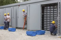 Ingenieure verbinden Energiespeicherbatterien für die Notstromversorgung mit Kraftwerken. — Stockfoto