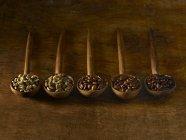 Дерев'яними ложками з кавових зерен на сільському стилі тла. — стокове фото