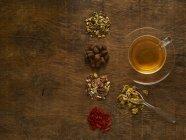 Ervas para chá de ervas medicinais em fundo de madeira . — Fotografia de Stock