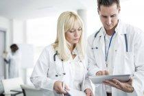 Ärztinnen und Ärzte inspizieren digitales Tablet. — Stockfoto