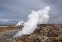 Vapeur de source d'eau chaude géothermique dans la zone aride de Hveragerdi, Islande . — Photo de stock