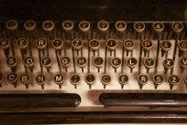 Primer plano de las teclas redondas en el teclado antiguo de la máquina de tipo vintage . - foto de stock