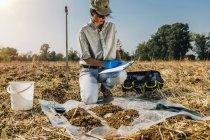 Feminino agrônomo tomar notas no campo do solo . — Fotografia de Stock